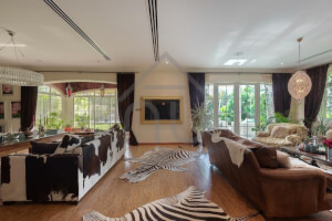Immaculate Rare Upgraded Single Row 4 Bed